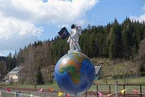 Astronaut vor dem Raumfahrtmuseum