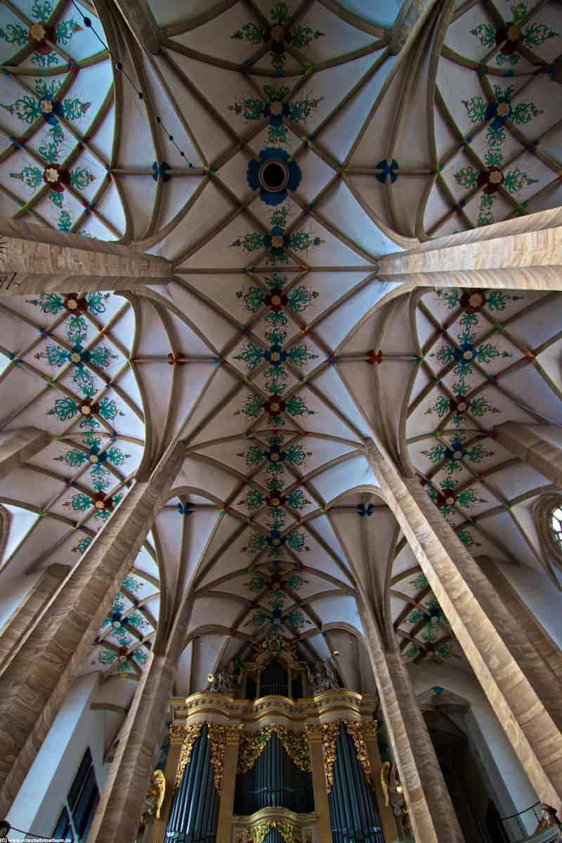 Deckeengewölbe des Doms und die Silbermann Orgel in Freiberg