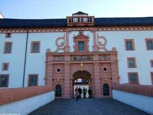 eines der beiden Eingangsportale zur Augustusburg