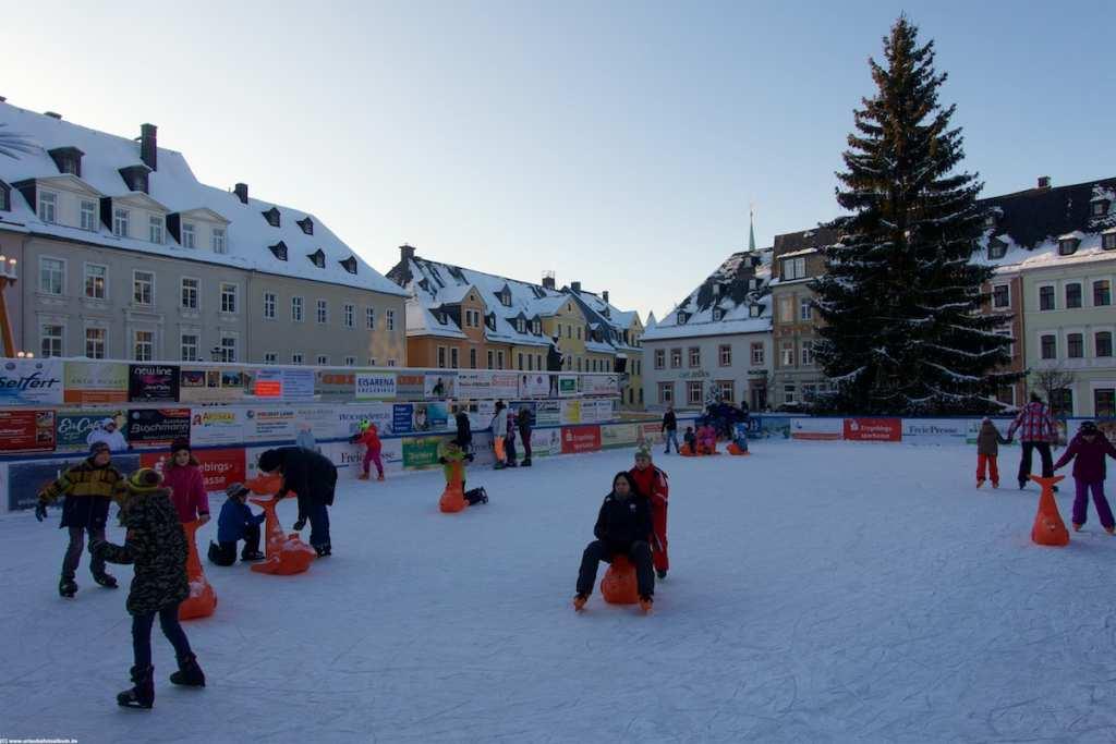 Spass auf der Eislaufbahn auf dem Marktplatz in Annaberg