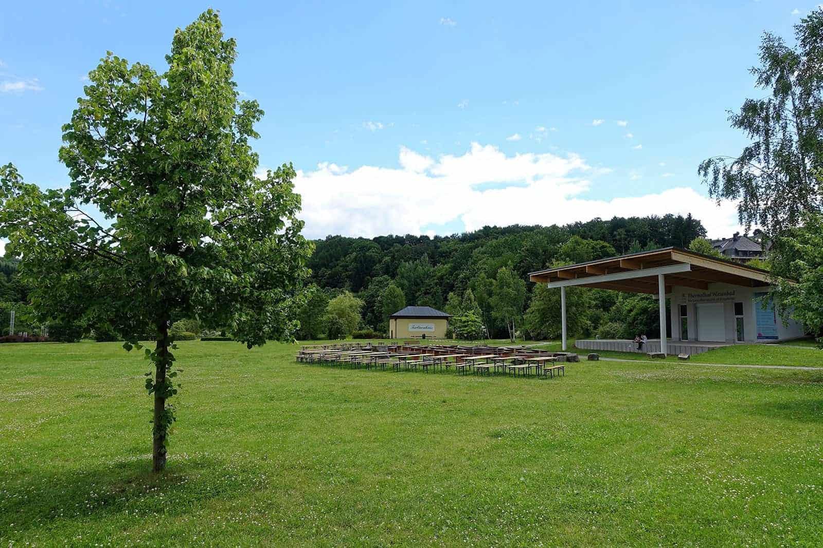 Kurpark in Wiesenbad mit Veranstaltungspavillion