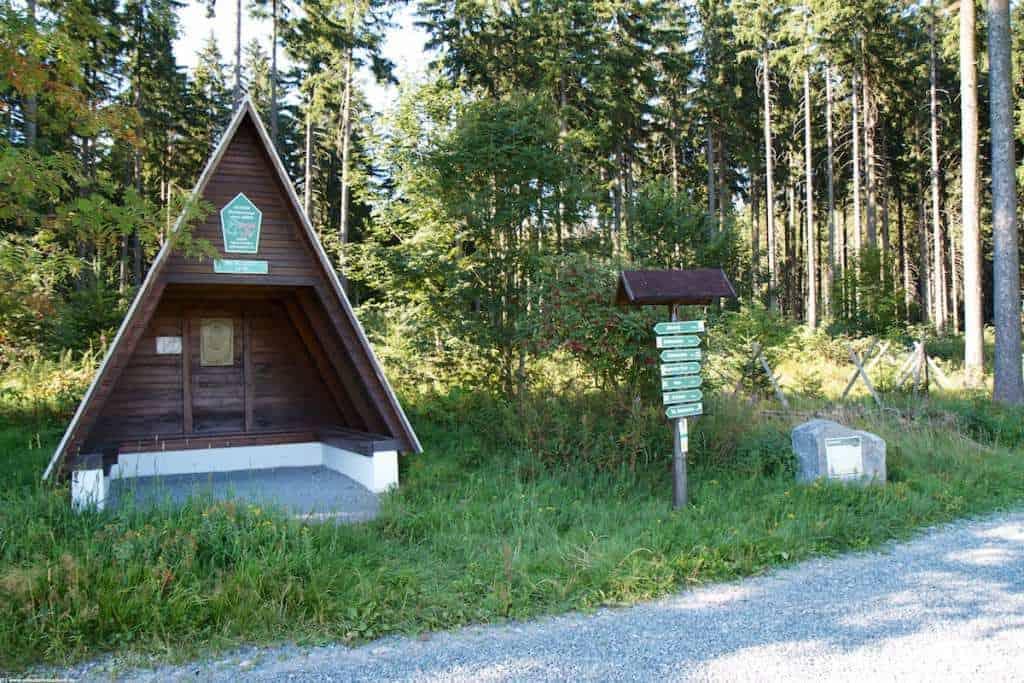 Schutzhütte entlang des Liederweges bei Geyer mit schönem Blick über den Erzgebirgskamm