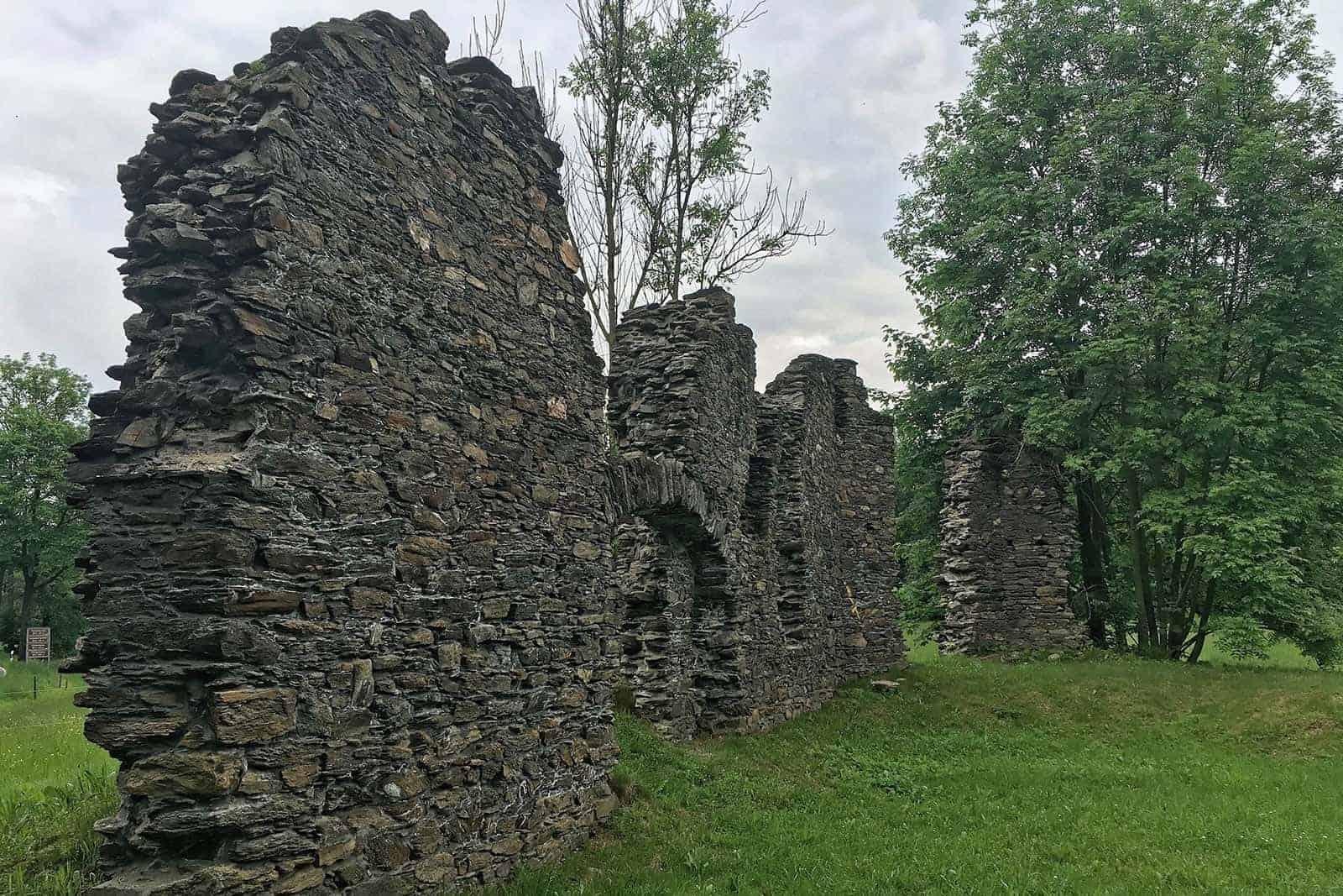 Mauern der Ruine der Sankt-Oswald-Kirche