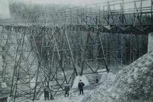 schwarz-weiß Bild der Greifenbachtalbrücke
