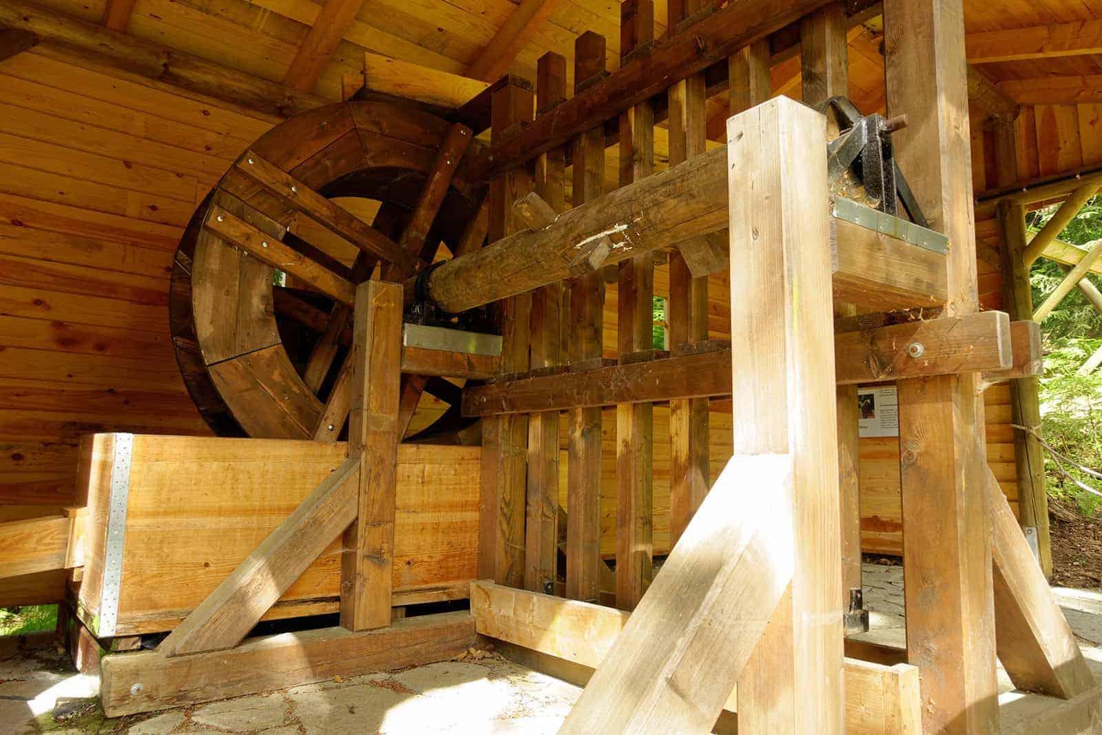 Wasserrad oberirdisch am Besucherbergwerk in Waschleithe