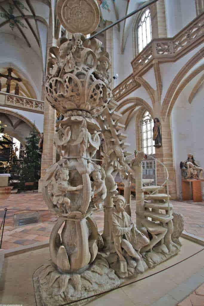 filigran und kunstvoll diese Kanzel im Dom St. Marien in Freiberg in Sachsen