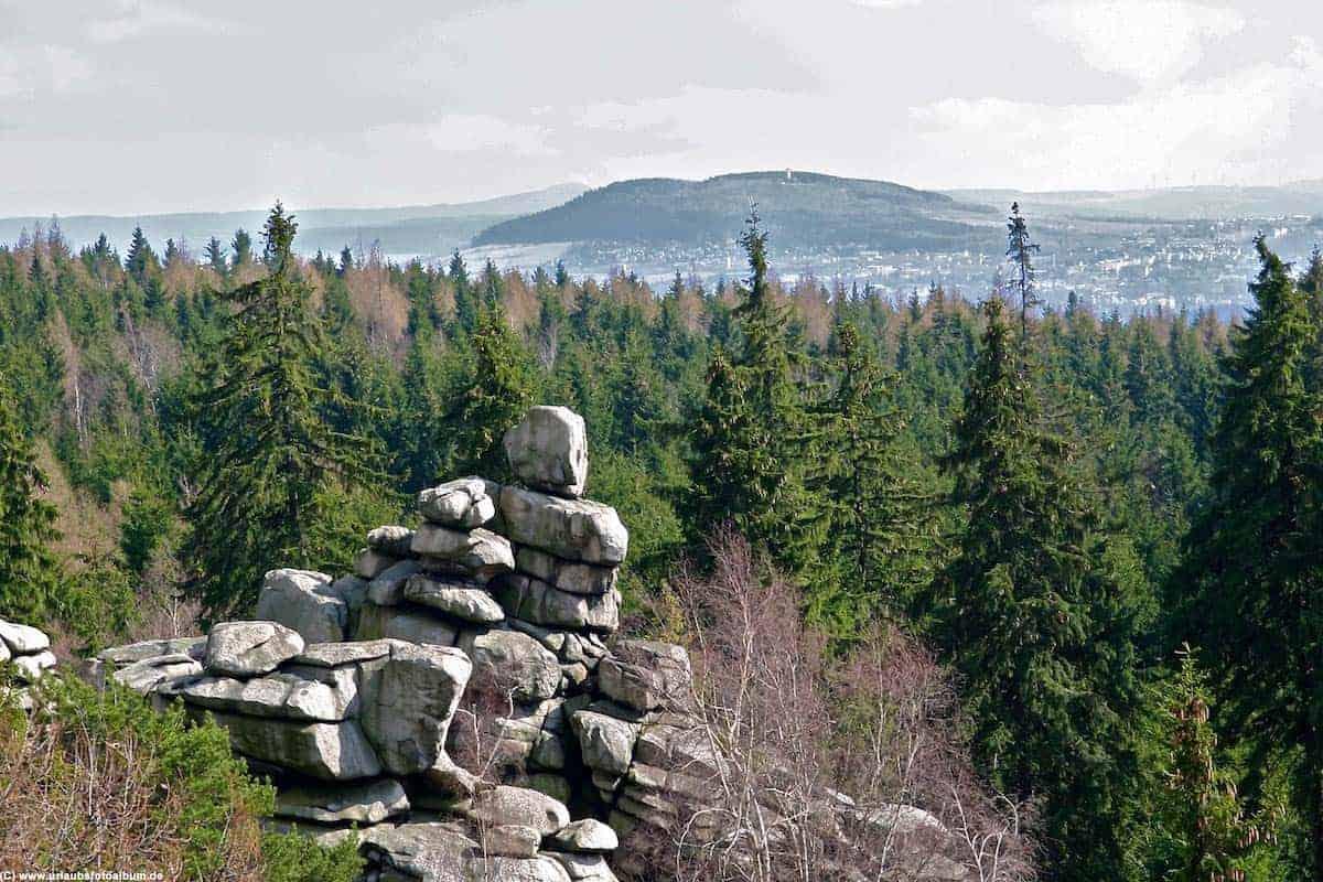Blick vom Aussichtsturm auf den Greifensteinen in Richtung Pöhlberg