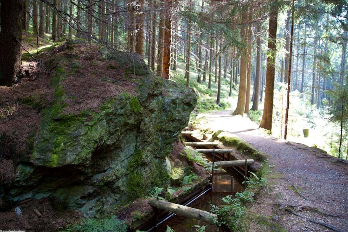 Kunstgraben und Wanderweg im Greifenbachtal zwischen Geyer und Ehrenfriedersdorf