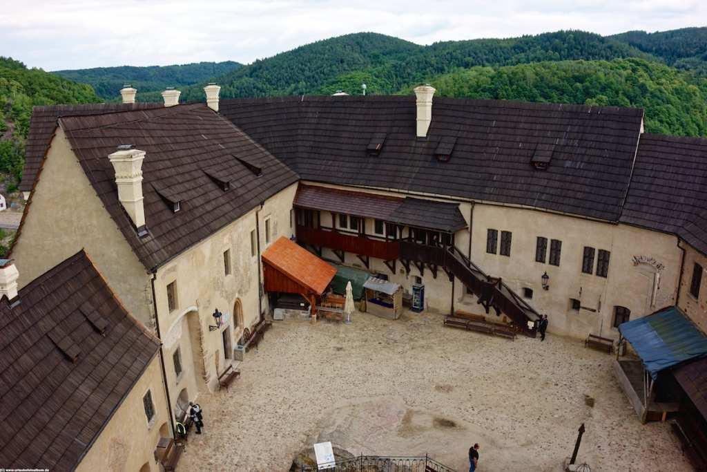 der burginnenhof der Burg Loket hoch über der Eger
