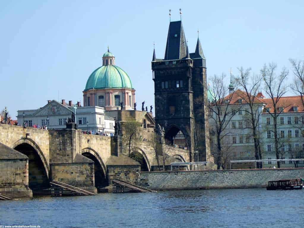 Karlsbrücke und Turm vom Bootsanleger aus