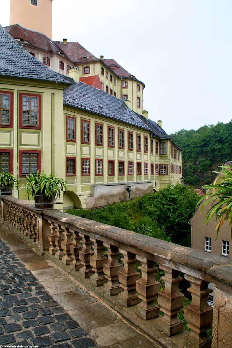 Seitenansicht vom Eingangsbereich von Schloss Weesenstein